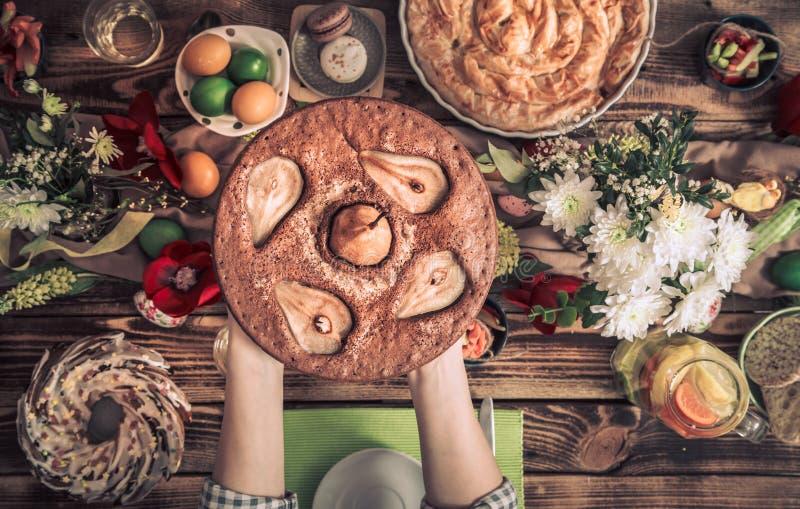 Домашнее торжество друзей или семьи на праздничной таблице стоковые изображения
