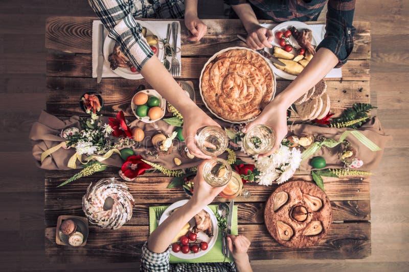 Домашнее торжество друзей или семьи на праздничной таблице стоковое фото rf