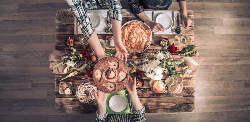 Домашнее торжество друзей или семьи на праздничной таблице стоковые фотографии rf