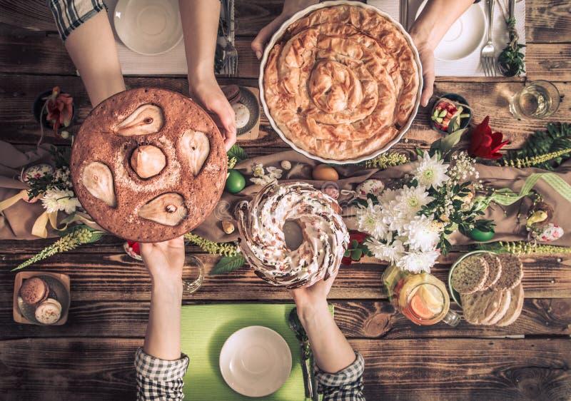 Домашнее торжество друзей или семьи на праздничной таблице стоковое фото