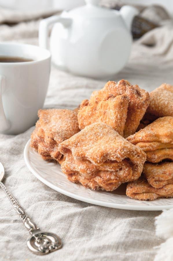 Домашнее треугольное печенье с кудряным наполнением с сахаром На белой тарелке Фоновый серый слой В фоновом режиме стоковые изображения