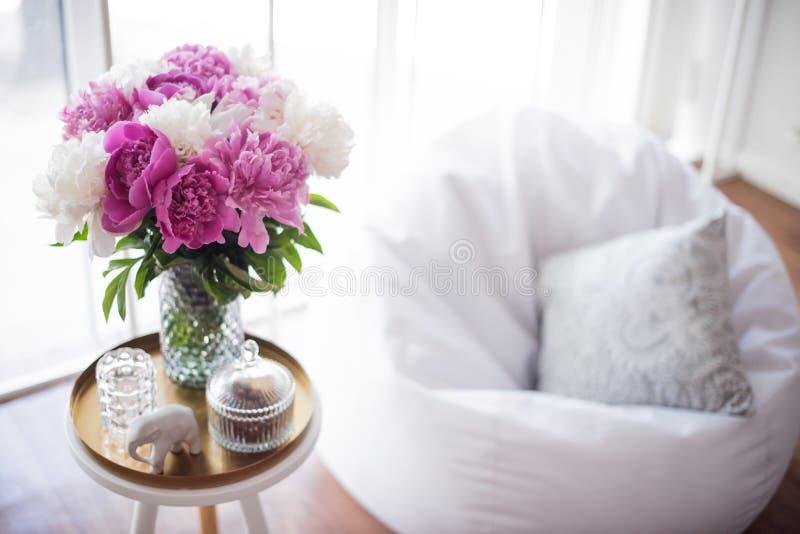 Домашнее украшение, свежие розовые пионы на журнальном столе в белом roo стоковое фото rf