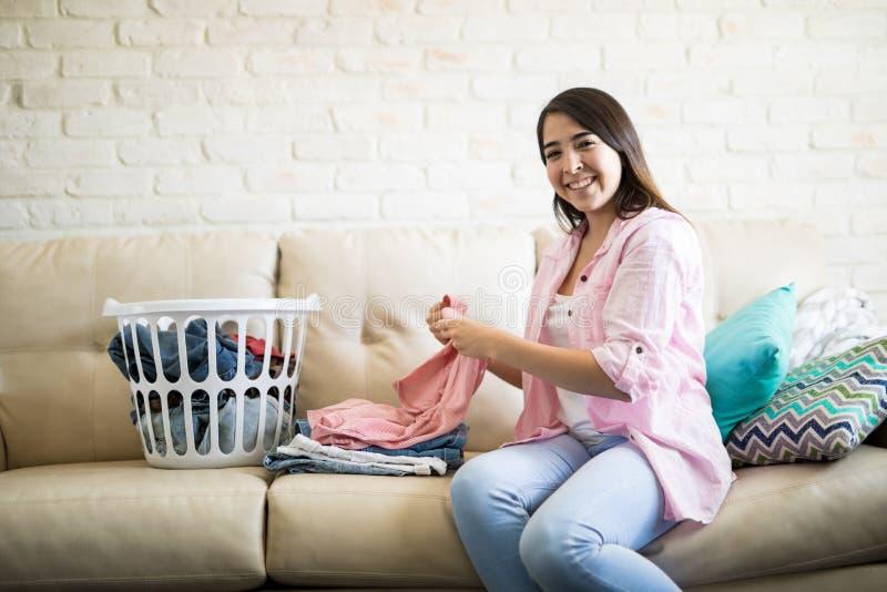 Домашнее хозяйство женщины enoying стоковое фото rf