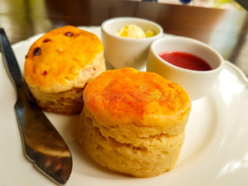 Домашние испеченные Scones на белом блюде в кофейне стоковые фотографии rf
