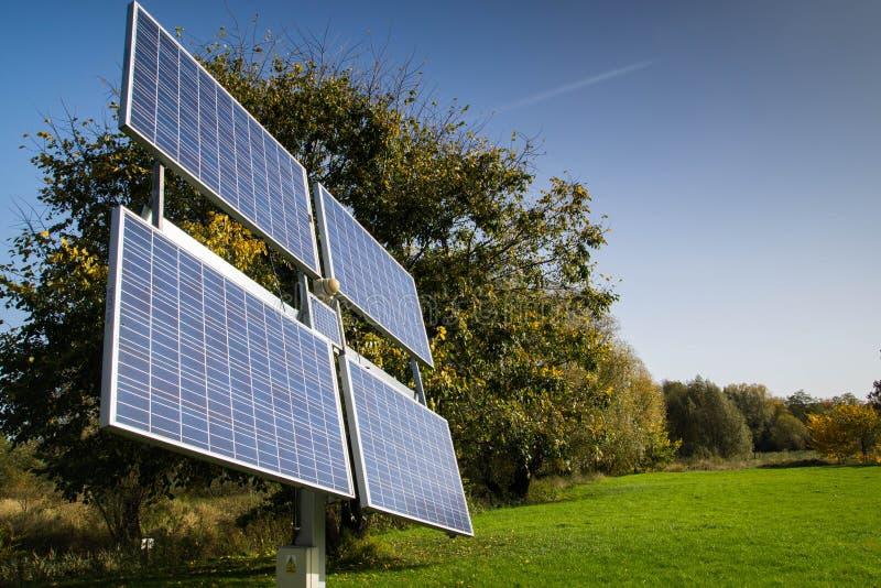 Домашние панели солнечных батарей помещенные в саде стоковое фото rf