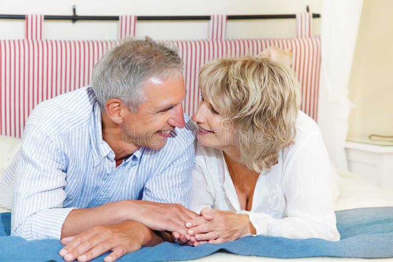 домашние пар счастливые зреют стоковые изображения