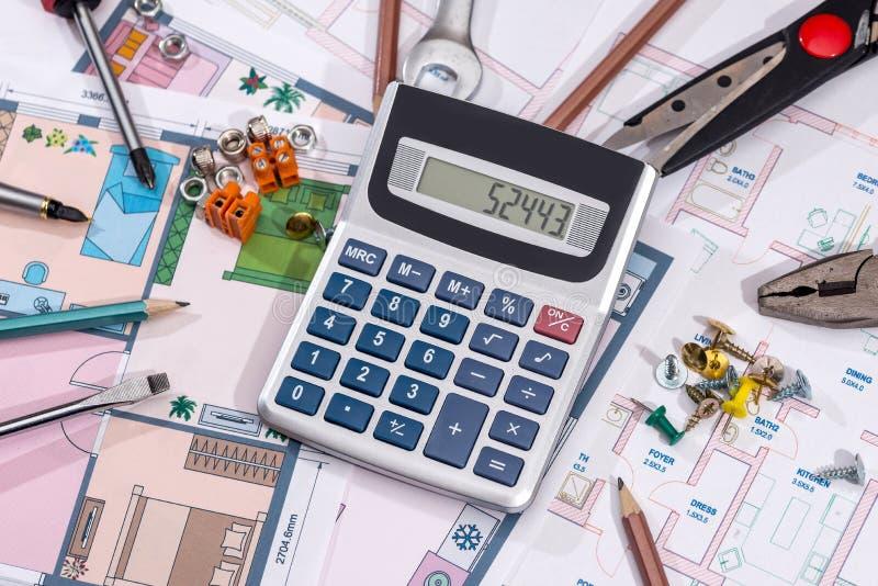 Домашние планы строительства с чертегными инструментами стоковая фотография rf