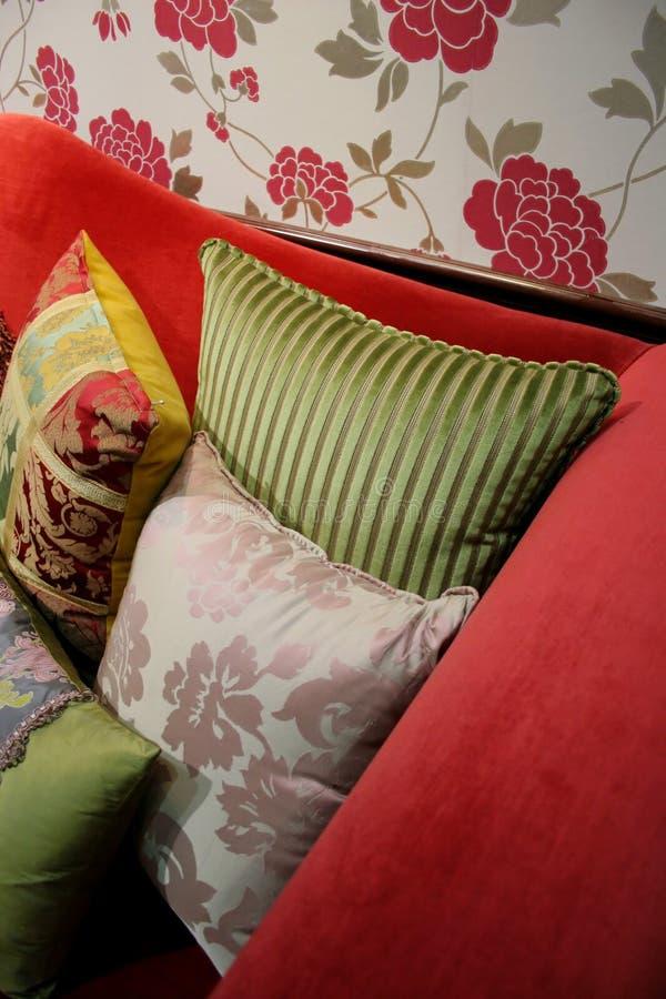 домашние подушки интерьеров стоковое фото rf