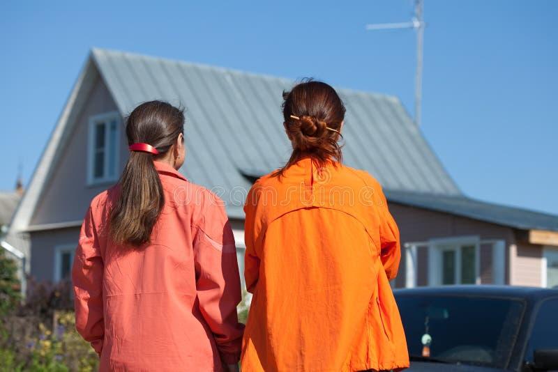 домашние смотря новые 2 женщины стоковые фото