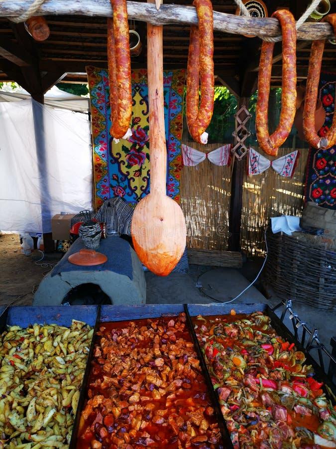 Домашние сосиски и деревянная ложка - сваренная еда вниз стоковые фото