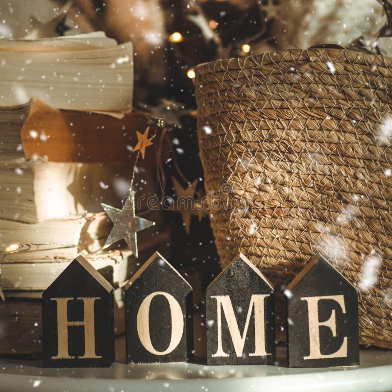 Домашние украшения в деревянной предпосылке письма с домом надписи Украшения и снег рождества Чтение зимы стоковое изображение rf