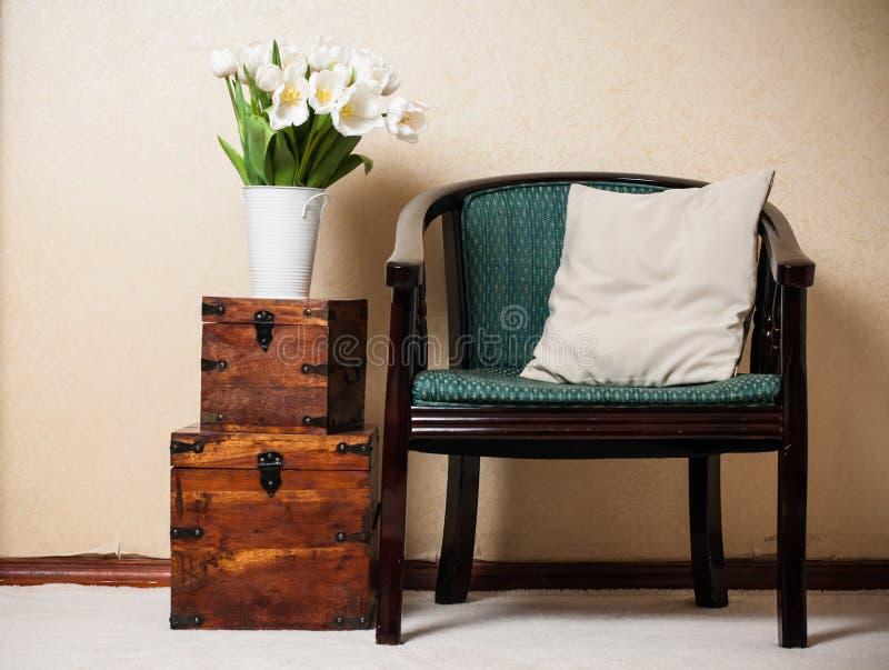 Домашний интерьер, винтажный стул стоковая фотография