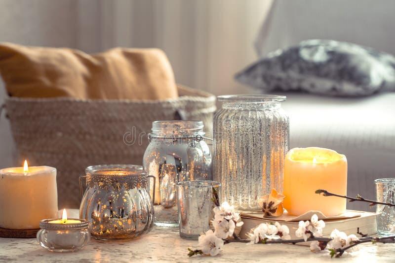 Домашний натюрморт со свечами и вазой в живущей комнате стоковые изображения rf