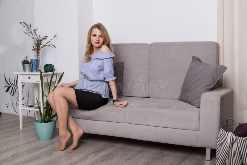 Домашний портрет беременной счастливой женщины Мама надеясь младенца беременная женщина живота стоковое изображение rf