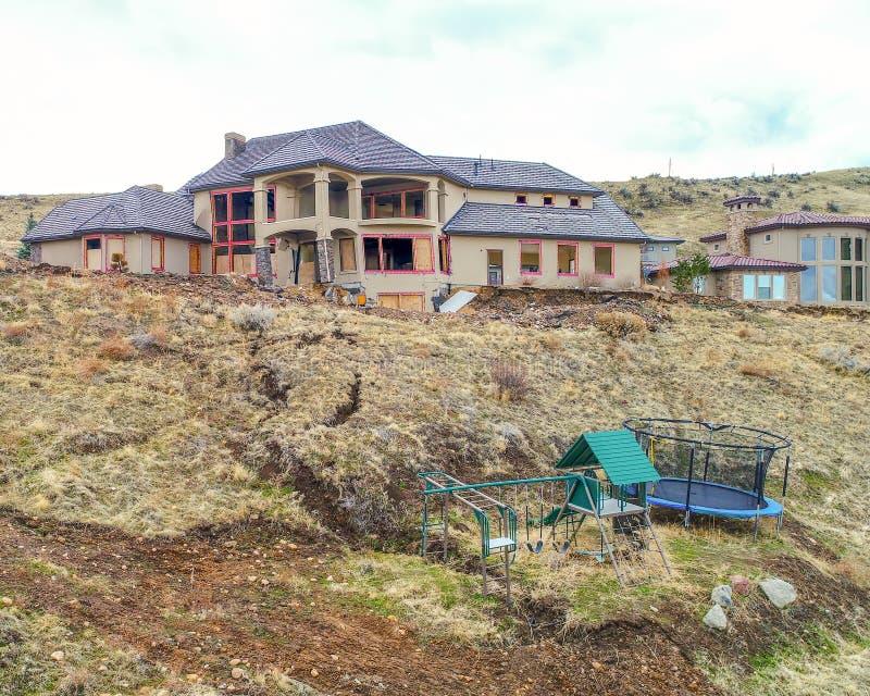 Домашний сползать вниз с холма с спортзалом игры Childs стоковая фотография