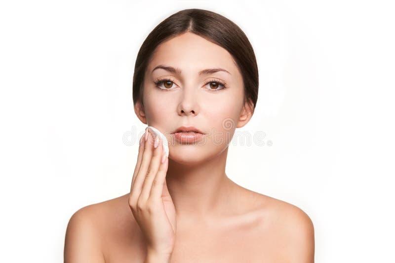 Домашний уход за лицом Девушка извлекает макияж Рука женщины с пусковой площадкой Кожа чистая с хлопком стоковая фотография rf