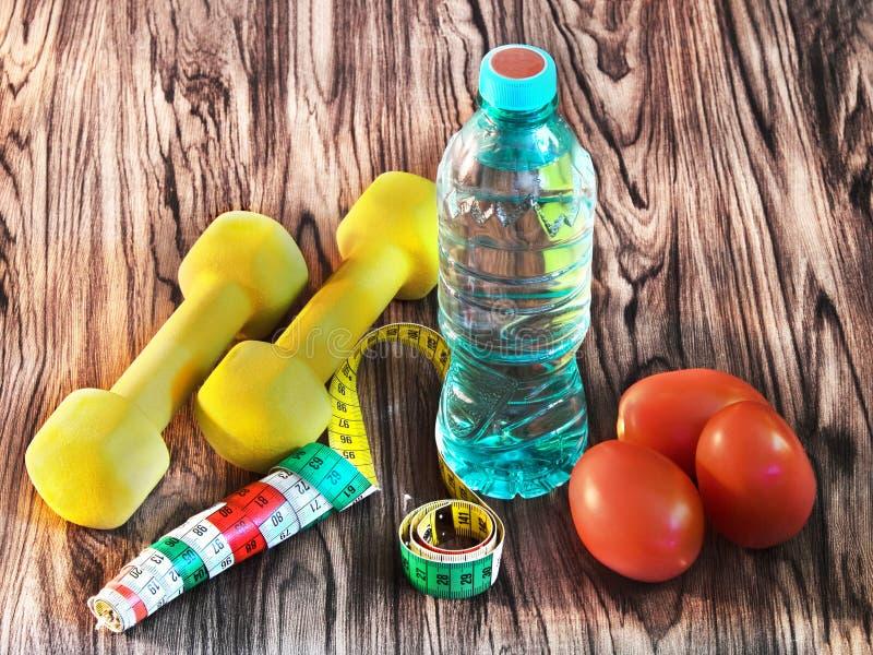 Домашний фитнес - еда, питье, спортивный инвентарь стоковые фотографии rf