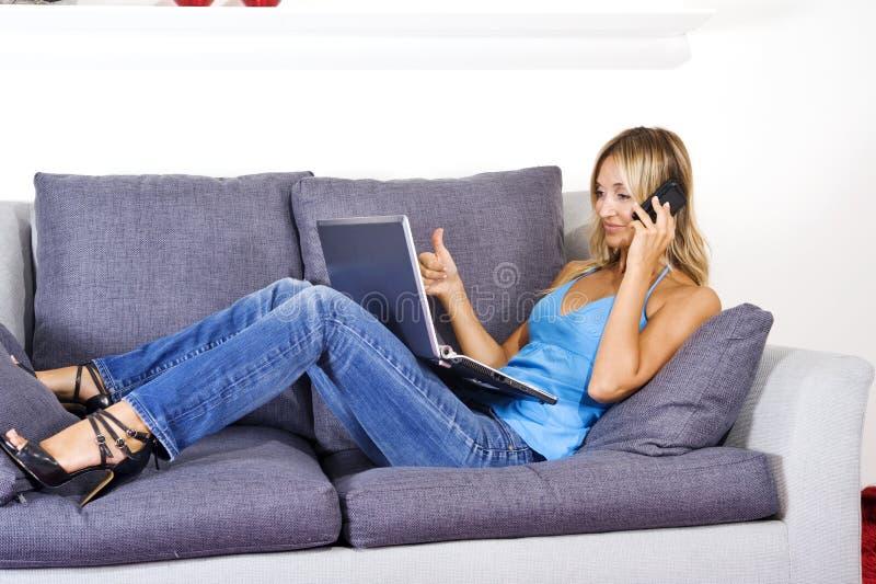 домашняя деятельность женщины стоковое фото