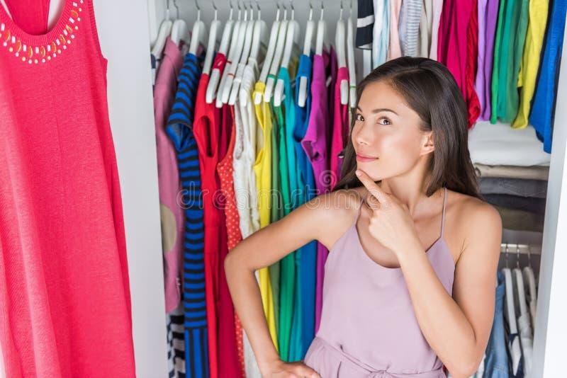 Домашняя девушка шкафа одежды шкафа думая обмундирования стоковые изображения
