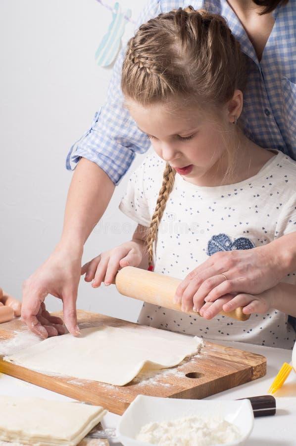 Домашняя еда: Тесто мамы и дочери разворачивание стоковые фотографии rf