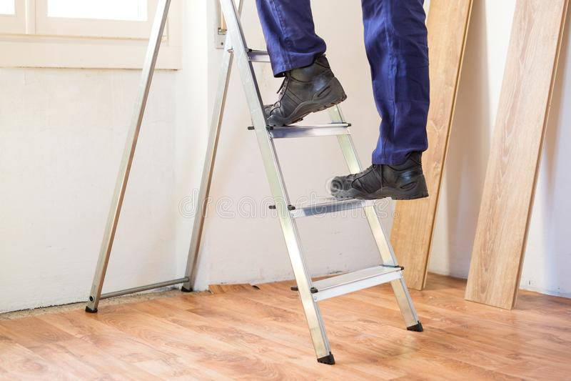 Домашняя концепция реновации и ремонтировать с лестницей на flo партера стоковое изображение