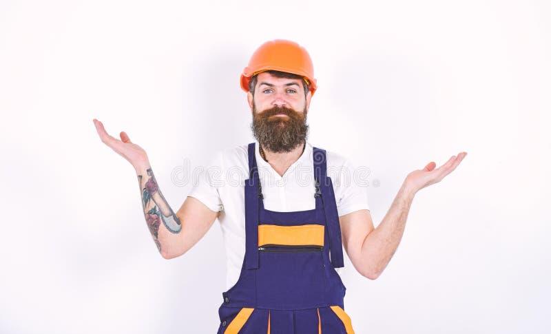 Домашняя концепция реновации и ремонтов Построитель в законченной белой комнате Человек стоя при его оружия распространенные к ст стоковое изображение rf