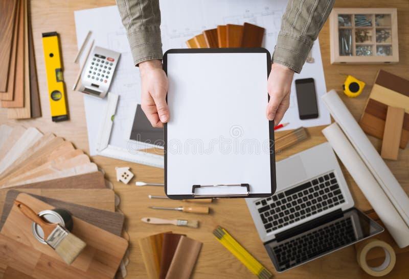 Домашняя концепция реновации с пустой доской сзажимом для бумаги стоковая фотография