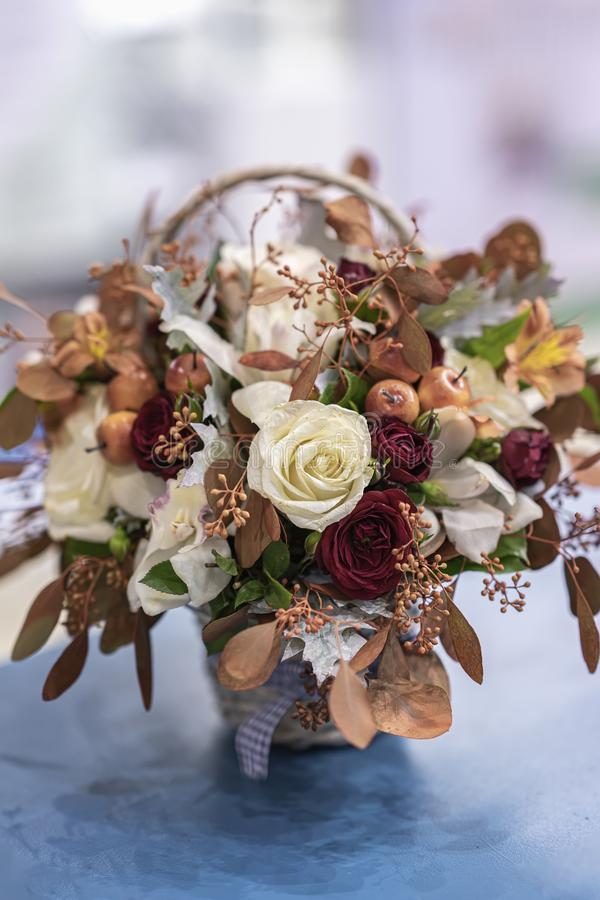 Домашняя праздничная цветочная композиция от листьев, роз, ягод Праздники осени стоковое фото