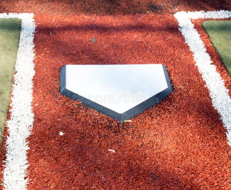 Домашняя плита на поле бейсбола дерновины стоковая фотография rf