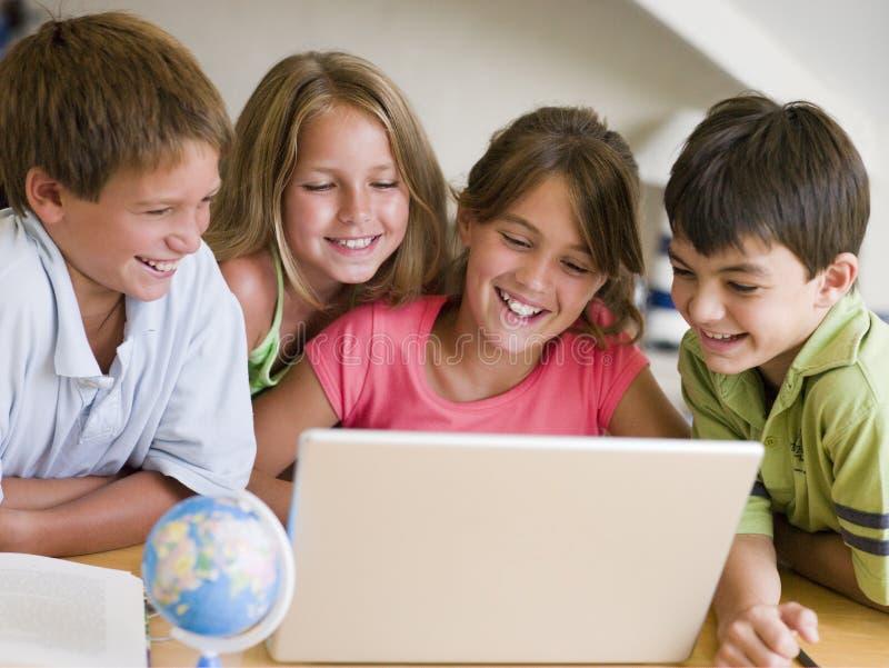 домашняя работа делая группы детей их детеныши стоковая фотография