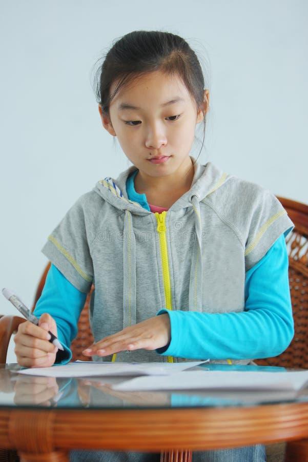 домашняя работа ребенка китайская делает стоковое фото