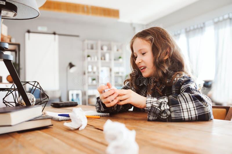 домашняя работа утомленной девушки ребенка бросая с ошибками Проблемы в концепции школы, трудной математике стоковые фотографии rf