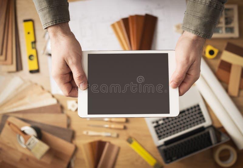 Домашняя реновация app на цифровой таблетке стоковое изображение