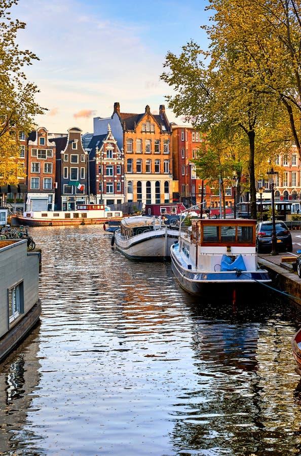 Дома Амстердама Нидерланд танцуя над рекой Amstel стоковое изображение rf