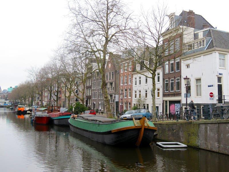 Дома Амстердама и дома шлюпки на каналах 0986 воды стоковое изображение