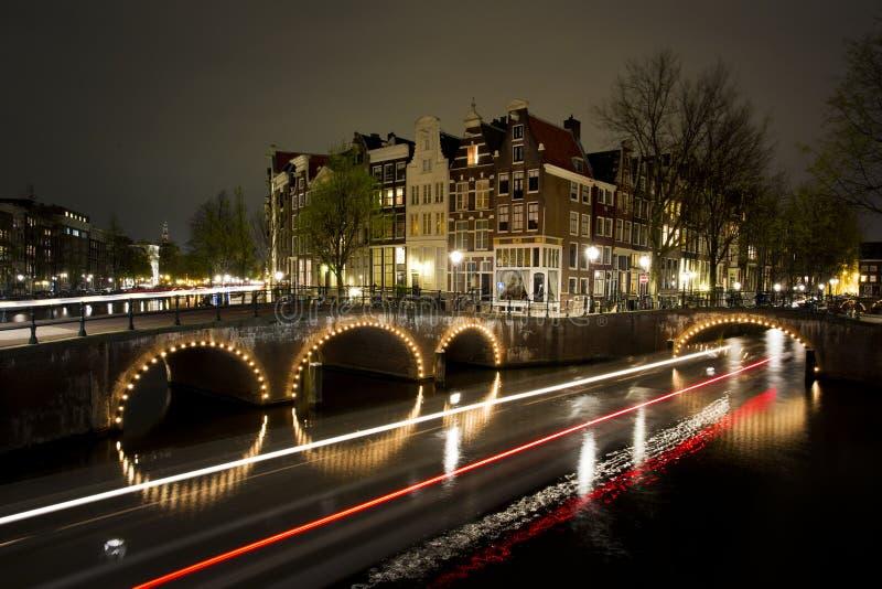 Дома Амстердама на канале стоковые изображения