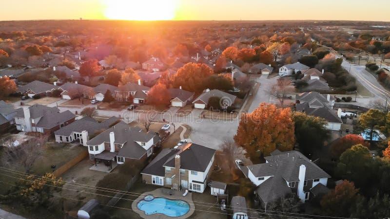 Дома взгляда сверху жилые с бассейном около скоростной дороги на пригородах Даллас захода солнца осени стоковые фотографии rf