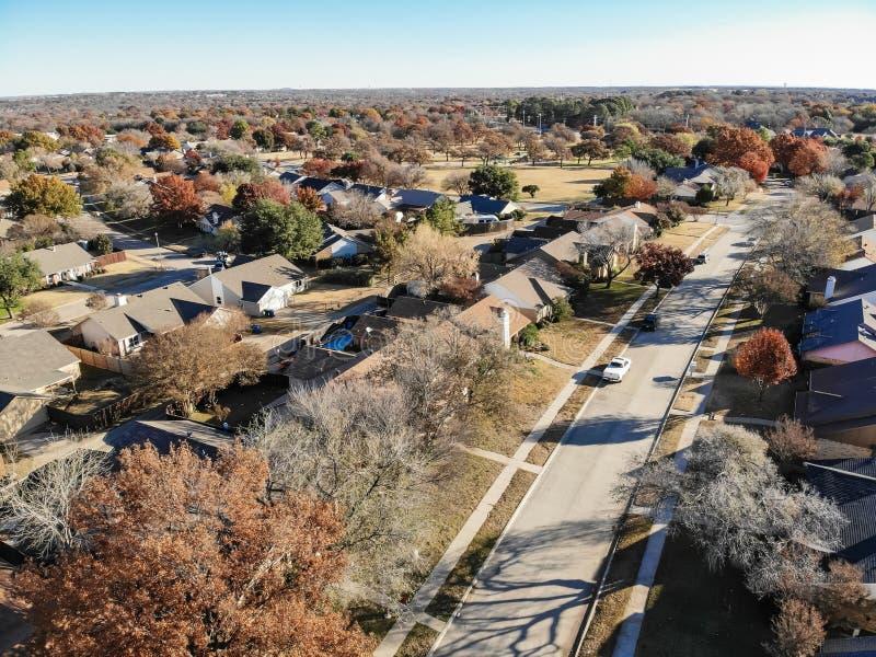 Дома вида с воздуха жилые с местным приводом и красочным fal стоковое фото rf