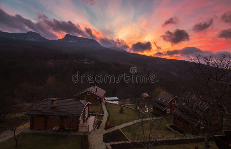Дома в деревне на заходе солнца стоковые фотографии rf
