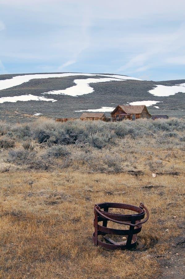 Дома город-привидения Bodie с горой снега стоковые изображения