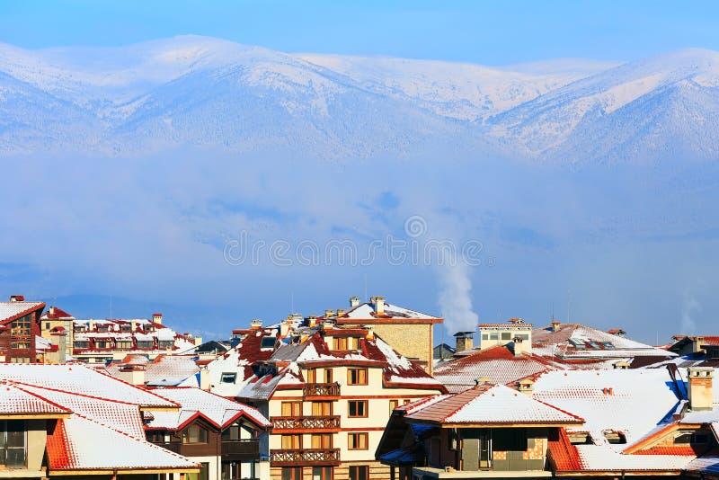 Дома, горы снега, смог утра в Bansko, Болгарии стоковое изображение rf