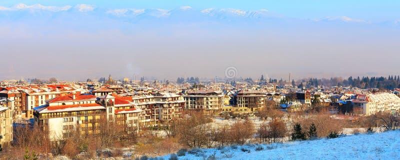 Дома, горы снега, смог утра в Bansko, Болгарии стоковое фото rf