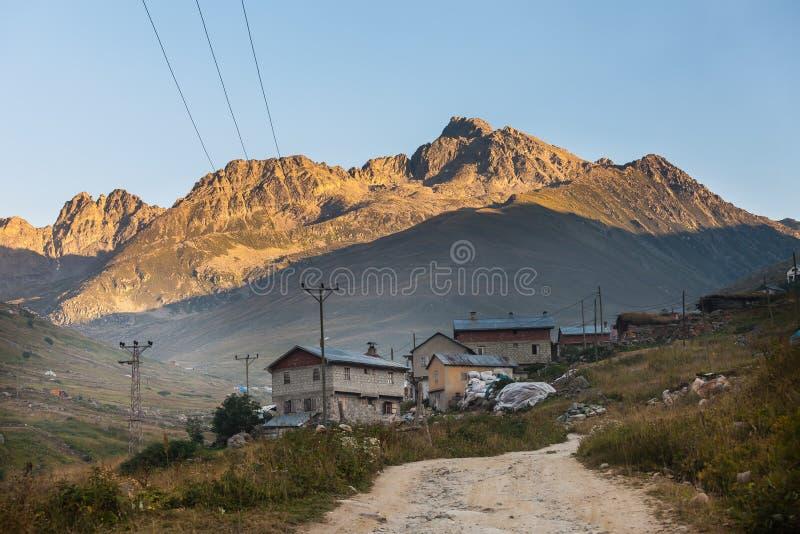 Дома горы с облаками в плато Ayder, Rize, Турции стоковое изображение