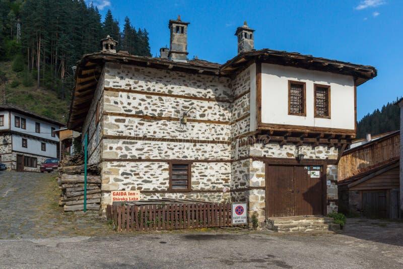 дома девятнадцатого века в историческом городке Shiroka Laka, региона Smolyan, Болгарии стоковые изображения