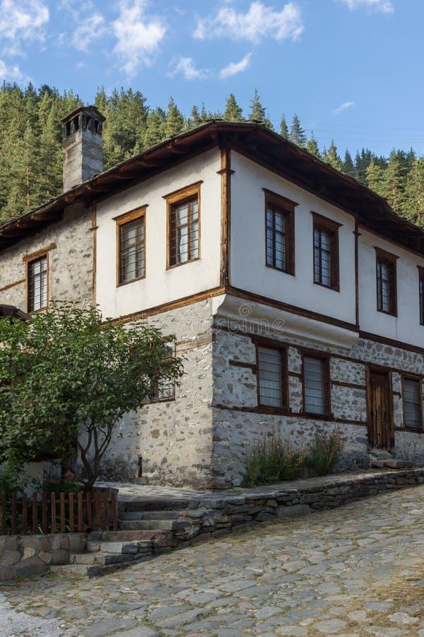 дома девятнадцатого века в историческом городке Shiroka Laka, региона Smolyan, Болгарии стоковое изображение