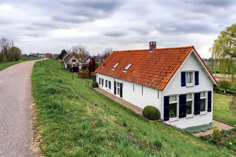 Дома за рекой опускаются вблизи Sleeuwijk NL стоковое фото rf