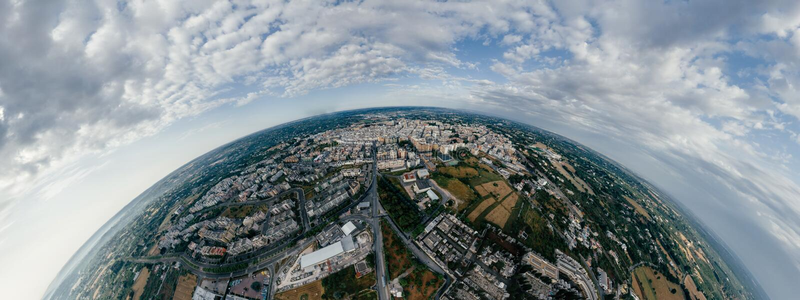 Дома и дороги города Putignano Apulia в фото vr трутня 360 Италии стоковое изображение rf