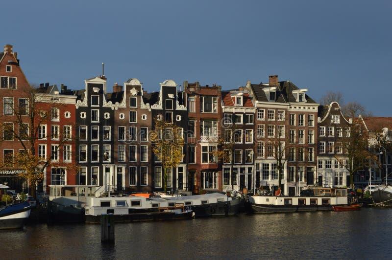 Дома и катера канала, Амстердам, Нидерланды стоковое изображение rf