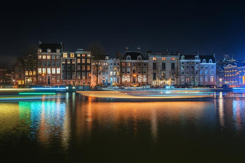 Дома и плавучие дома канала характеристики вдоль реки a стоковое фото rf