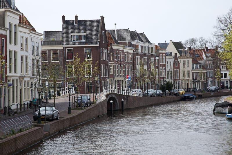 Дома канала вдоль каналов в центре города исторического Лейдена стоковое изображение